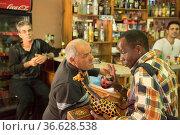 Traditioneller maltesischer Ghana-Sänger Wettstreit in Zejtun: Besucher... Стоковое фото, фотограф Zoonar.com/Robert B. Fishman / age Fotostock / Фотобанк Лори