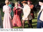 Gruppe tanzt in historischen Kostümen aus der Renaissance-Zeit Englische... Стоковое фото, фотограф Zoonar.com/Robert B. Fishman / age Fotostock / Фотобанк Лори