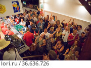 Tanzende Besucher in der Bar No maison während des Stadtfests Doudou... Стоковое фото, фотограф Zoonar.com/Robert B. Fishman / age Fotostock / Фотобанк Лори