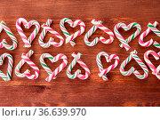 Bunte Zuckerstangen zu Weihnachten auf Himtergrund aus Holz. Стоковое фото, фотограф Zoonar.com/Barbara Neveu / easy Fotostock / Фотобанк Лори