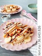 Leckere Pfannkuchen mit frischer Banane und Schokoladensosse. Стоковое фото, фотограф Zoonar.com/Barbara Neveu / easy Fotostock / Фотобанк Лори