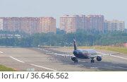 Passenger aircraft on the runway (2020 год). Редакционное видео, видеограф Игорь Жоров / Фотобанк Лори