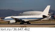 Passenger airliner in Barcelona airport. Стоковое фото, фотограф Яков Филимонов / Фотобанк Лори