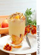 Десерт с персиком,орехами и йогуртом. Стоковое фото, фотограф Марина Володько / Фотобанк Лори
