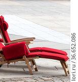 Liegestühle auf grauem Betonboden. Стоковое фото, фотограф Zoonar.com/Karl Heinz Spremberg / easy Fotostock / Фотобанк Лори