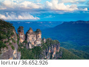 The Three Sisters rock formation at sunset in the Blue Mountains,... Стоковое фото, фотограф Zoonar.com/Chris Putnam / easy Fotostock / Фотобанк Лори