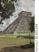 Pyramid of Chichen Itza vertical shot. Стоковое фото, фотограф Filippo Carlot / age Fotostock / Фотобанк Лори