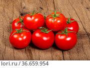 Ein Haufen reifer Tomaten auf einem Holztisch. Стоковое фото, фотограф Zoonar.com/Thomas Klee / easy Fotostock / Фотобанк Лори