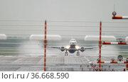 Passenger plane departure. Стоковое видео, видеограф Игорь Жоров / Фотобанк Лори