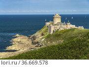 Die Burg Fort La Latte südlich vom Cap Frehel, Plévenon, Bretagne... Стоковое фото, фотограф Peter Schickert / age Fotostock / Фотобанк Лори