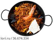 Spanish seafood fideua, noodle paella with aioli. Стоковое фото, фотограф Яков Филимонов / Фотобанк Лори