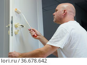 Handwerker beim lackieren einer Tür in einem Bürogebäude. Стоковое фото, фотограф Zoonar.com/Heiko Kueverling / easy Fotostock / Фотобанк Лори