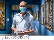 Portrait of man in face mask in gallery. Стоковое фото, фотограф Яков Филимонов / Фотобанк Лори