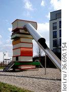 Ein moderner Spielplatz in der Stadt mit einem Kiesbett und einer... Стоковое фото, фотограф Zoonar.com/Bastian Kienitz / age Fotostock / Фотобанк Лори