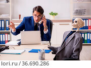 Funny business meeting with boss and skeletons. Стоковое фото, фотограф Zoonar.com/Elnur Amikishiyev / easy Fotostock / Фотобанк Лори