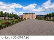 Шветцинген, Германия. Центральная аллея парка замка (Schloss Schwetzingen) (2017 год). Редакционное фото, фотограф Rokhin Valery / Фотобанк Лори