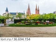 Висбаден, Германия. Новая ратуша (Neues Rathaus) и Маркткирхе (2017 год). Редакционное фото, фотограф Rokhin Valery / Фотобанк Лори