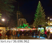 Штутгарт, Германия. Рождественский базар на площади Шиллера около Коллегиальной церкви (2017 год). Редакционное фото, фотограф Михаил Марковский / Фотобанк Лори