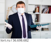 Manager in face mask and gloves discussing business task in office. Стоковое фото, фотограф Яков Филимонов / Фотобанк Лори
