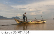 Fisherman working on fishtrap at Bako National Park, Sarawak,East... (2007 год). Редакционное фото, фотограф Chua Wee Boo / age Fotostock / Фотобанк Лори