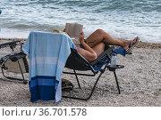 Makarska, Croatia, A woman reading on the beach. Стоковое фото, фотограф A. Farnsworth / age Fotostock / Фотобанк Лори