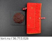 Lebkuchen mit Weihnachtsserviette auf Schiefer - German Lebkuchen... Стоковое фото, фотограф Zoonar.com/lantapix / easy Fotostock / Фотобанк Лори
