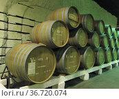 Дубовые бочки с вином. Инкерманский завод марочных вин. Редакционное фото, фотограф Татьяна Т / Фотобанк Лори