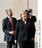 German Chancellor Angela Merkel with husband Joachim Sauer (L) arrives... Редакционное фото, фотограф Maria Laura Antonelli / AGF/Maria Laura Antonelli / age Fotostock / Фотобанк Лори