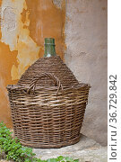 Gut geschützt - Weinflasche im Korb. Стоковое фото, фотограф Zoonar.com/Hans Eder / easy Fotostock / Фотобанк Лори