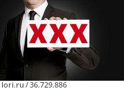 Xxx schild wird von geschäftsmann gehalten. Стоковое фото, фотограф Zoonar.com/Nils Melzer / easy Fotostock / Фотобанк Лори