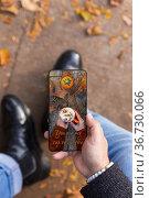 Man received love photo message on smartphone while sitting outdoors... Стоковое фото, фотограф Aleksandar Ilic / easy Fotostock / Фотобанк Лори