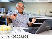 Old having video call on laptop. Стоковое фото, фотограф Татьяна Яцевич / Фотобанк Лори