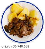 Fried chicken liver with onion and boiled potatoes. Стоковое фото, фотограф Яков Филимонов / Фотобанк Лори