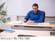 Young male teacher in front of whiteboard. Стоковое фото, фотограф Elnur / Фотобанк Лори