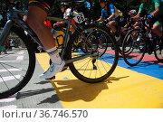 People of La Perseverancia neighborhood support cyclists during the... Редакционное фото, фотограф Chepa Beltran / age Fotostock / Фотобанк Лори