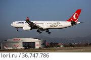 Airline Turkish Airlines plane comes in for a landing in an aeroport El Prat city of Barcelona (2020 год). Редакционное фото, фотограф Яков Филимонов / Фотобанк Лори