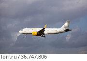 Vueling Airlines Airbus landing at Barcelona Airport (2020 год). Редакционное фото, фотограф Яков Филимонов / Фотобанк Лори