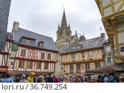 Half-timbered houses at the old town and the cathedral in Vannes, ... Редакционное фото, фотограф Peter Schickert / age Fotostock / Фотобанк Лори