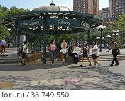 Station entrance within Union Square Park in Manhattan, New York City. Редакционное фото, фотограф Валерия Попова / Фотобанк Лори