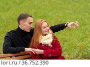 Romantic young couple on a park bench. Стоковое фото, фотограф Евгений Харитонов / Фотобанк Лори