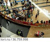 Reisende in der Ankunftshalle auf dem O.R. Tambo International Airport... Стоковое фото, фотограф Zoonar.com/G Fischer / age Fotostock / Фотобанк Лори