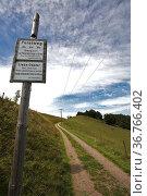 Schild an einem Forstweg am Häusleberg im Schwarzwald. Стоковое фото, фотограф Zoonar.com/Jürgen Wiesler / age Fotostock / Фотобанк Лори