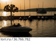 Yachthafen mit Motorboot bei Sonnenuntergang, Rapperswil, Kanton ... Стоковое фото, фотограф Zoonar.com/Günter Lenz / age Fotostock / Фотобанк Лори