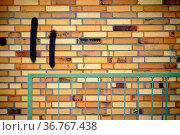 Eine Wand aus alten Klinkersteinen mit einem eckigen Geländer davor. Стоковое фото, фотограф Zoonar.com/Bastian Kienitz / easy Fotostock / Фотобанк Лори