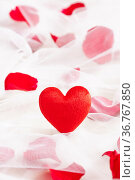Rotes Herz auf Hochzeitsschleier mit RosenblütenH. Стоковое фото, фотограф Zoonar.com/Ulrich Schade / easy Fotostock / Фотобанк Лори