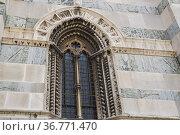 Mullioned window on façade of Monza Cathedral. Piazza Duomo, Monza... Стоковое фото, фотограф Arthur S. Ruffino / age Fotostock / Фотобанк Лори