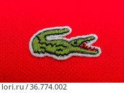 Lacoste sign auf einem roten Polohemd für Herren. Стоковое фото, фотограф Zoonar.com/Stockfotos-MG / age Fotostock / Фотобанк Лори