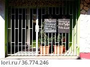Eine geschlossene Gaststätte mit Eisentor vor dem Eingang an dem die... Стоковое фото, фотограф Zoonar.com/Bastian Kienitz / easy Fotostock / Фотобанк Лори