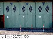 Eine alte nostalgische Garage mit Garagentoren aus Brettern. Стоковое фото, фотограф Zoonar.com/Bastian Kienitz / easy Fotostock / Фотобанк Лори