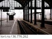Die Einfahrt eines Bahnhofes im Nebel mit Schienenstrecken und Bahnsteigen... Стоковое фото, фотограф Zoonar.com/Bastian Kienitz / easy Fotostock / Фотобанк Лори
